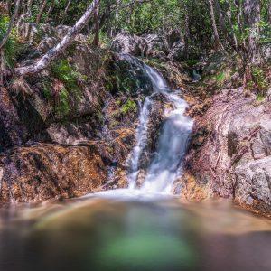 Vue sur une cascade et rivière des Cévennes