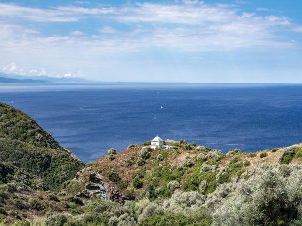 Vue sur la mer et une chapelle du Cap Corse