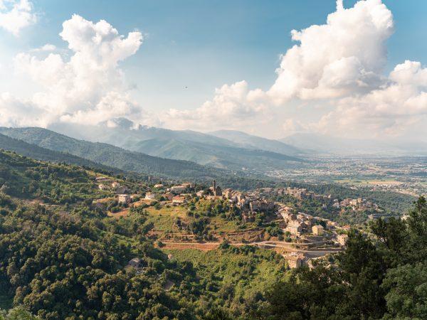 Vue sur un village de Corse