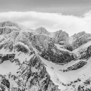 Massif montagneux recouvert de neige poudreuse, Hautes-Pyrénées