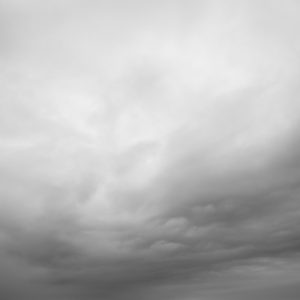 Vue de l'océan et d'une masse nuageuse d'un gris dégradé